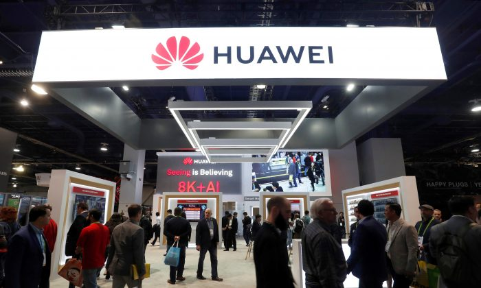 Attendees pass by a Huawei booth during the 2019 CES in Las Vegas, Nevada, U.S. on Jan. 9, 2019. (Steve Marcus/Reuters)