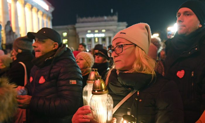 Thousands of people gather to honor Pawel Adamowicz, the late mayor of Gdansk, in Warsaw,  Poland, on Jan. 14, 2019. (Janek Skarzynski/AFP/Getty Images)