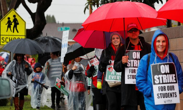 Los Angeles public school teachers continue to deal with the rainy weather as their strike enters its third day in Gardena, California, Jan. 16, 2019.    (REUTERS/Mike Blake)