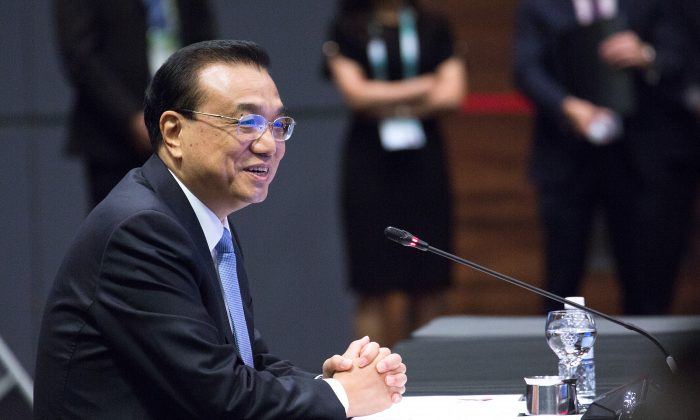 Chinese Premier Li Keqiang listens while Singapore's Prime Minister Lee Hsien Loong give his opening address during the ASEAN-China summit on the sidelines of the 33rd Association of Southeast Asian Nations (ASEAN) summit on November 14, 2018 in Singapore. (Ore Huiying/Getty Images)