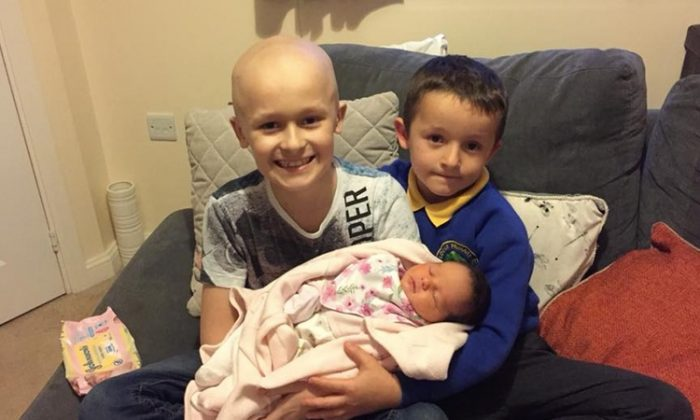 (L) Bailey, 9, (R) Riley, 7, and newborn Millie pose for a family photo before Hodgkin's lymphoma took Bailey's life in December 2017. (Facebook | Rachel Louise Cooper)