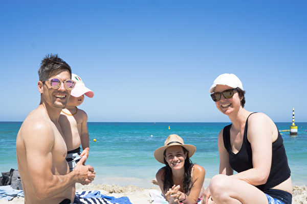 Travers family and Karen Dunscombe (first on the right) on  Cottesloe Beach. (Photo by Wade Zhou)