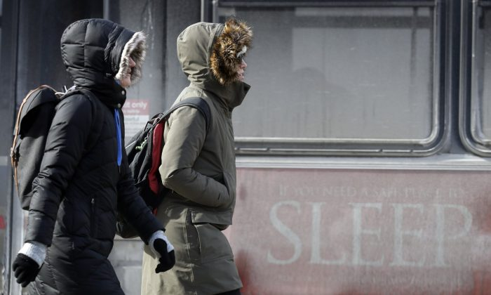 People are bundled up against the cold in downtown Chicago, Sunday, Jan. 27, 2019. (AP Photo/Nam Y. Huh)