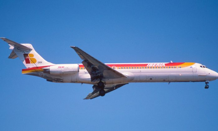 An Iberia MD-87 is flying on June 20, 2001. (Aero Icarus/Flickr[CC BY-SA-2.0 (ept.ms/2utDIe9)])