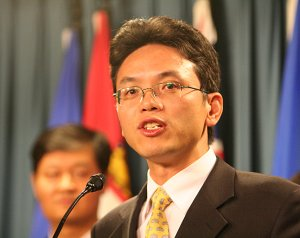 Chen Yonglin speaks at a press conference at Ottawa's Parliament Hill. (Matthew Hildebrand/The Epoch Times)