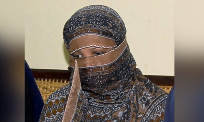 Aasia Bibi, a Pakistani Christian woman, listens to officials at a prison in Sheikhupura near Lahore, Pakistan on Nov. 20, 2010. (AP Photo)