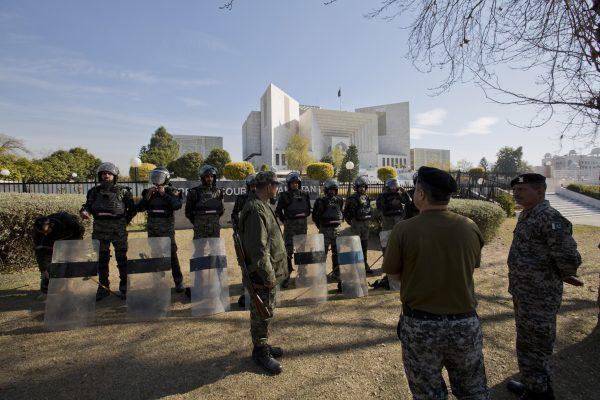 Pakistani troops surround the Supreme Court building