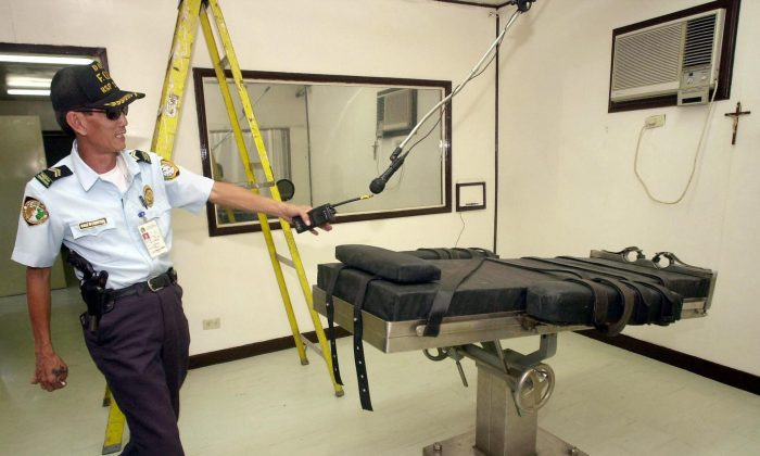 A prison guard secures the lethal injection chamber at the National Penitentiary in Muntinlupa a suburb of Manila. (Joel Nito/AFP/Getty Images)
