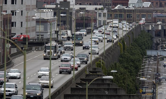 Motorists travel the SR99 VIADUCT during the morning commute August 3, 2007 in Seattle, Washington. S (Photo by Kevin P. Casey/Getty Images)