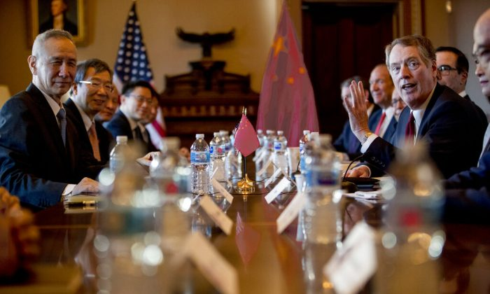 U.S. Trade Representative Robert Lighthizer (right) meets with Chinese Vice Premier Liu He (left) as they begin Trade Talks in Washington, on Jan. 30, 2019. (AP Photo/Andrew Harnik)
