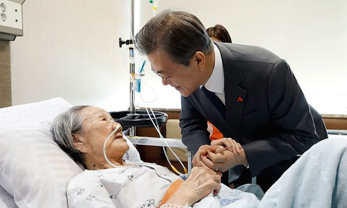In this handout photo released by the South Korean Presidential Blue House, South Korean President Moon Jae-in meets former South Korean sex slave Kim Bok-dong, at hospital on January 4, 2018 in Seoul, South Korea.  (South Korean Presidential Blue House via Getty Images)