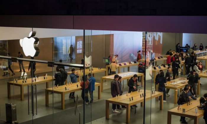 Customers browse inside an Apple store in Shenzhen, China, on Jan. 3, 2019. (Billy H.C. Kwok/Getty Images)