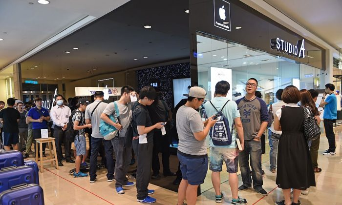 Customers line up to buy the new Apple Watch as the smartwatch goes on sale for the first time in Taipei on June 26, 2015. (Sam Yeh/AFP/Getty Images)