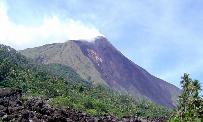 This recent undated picture received 28 July 2006 shows Karangetang volcano spewing smoke in Siau island, on July 28, 2006. (Photo/AFP/Getty Images)