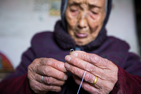 A Chinese woman over 90 years old living alone in Shaoxing, Eastern China's Zhejiang Province. (Epoch Times)