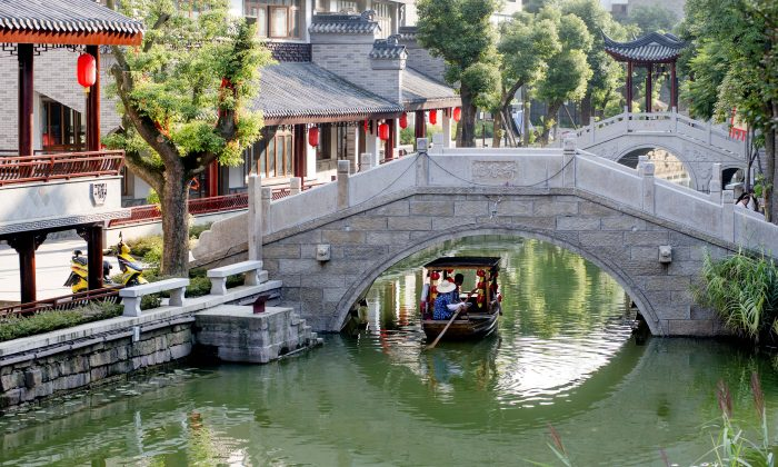 """The Longtan Canal Town, built in the style of the """"Dream of Red Mansions,"""" in Chengdu City, Sichuan Province, China. (The Epoch Times)"""