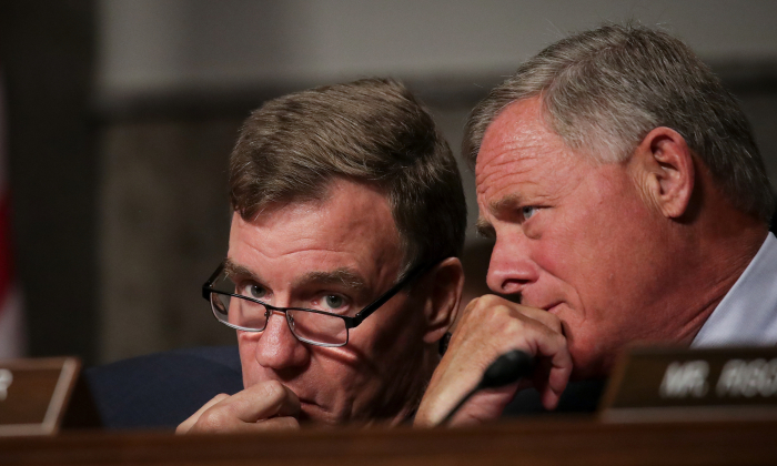 Committee ranking member Sen. Mark Warner (D-VA) (L) talks with committee Chairman Sen. Richard Burr (R-NC) during a Senate Intelligence Committee hearing on Capitol Hill, Sept. 5, 2018. (Drew Angerer/Getty Images)