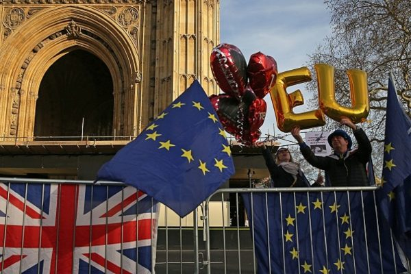"""Anti-Brexit pro-EU demonstrator Steve Bray (R) holds up balloons spelling out the letters """"EU"""""""