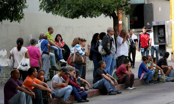 People line up to take the bus due to a collapse in the public transport system in Caracas, Venezuela, on Jan. 31, 2019. (Edilzon Gamez/Getty Images)
