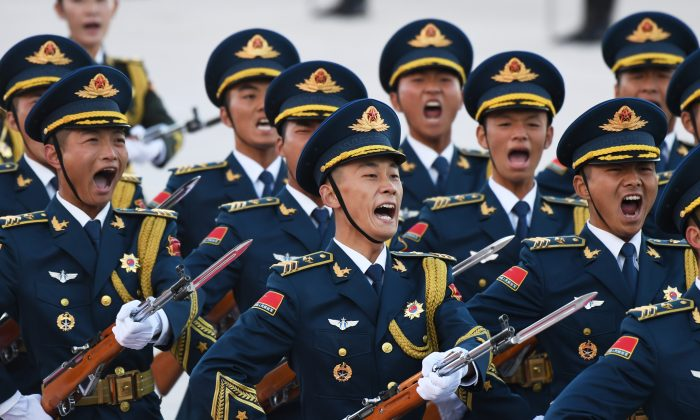 Chinese soldiers parade during a welcoming ceremony in Beijing. (GREG BAKER/AFP/Getty Images)