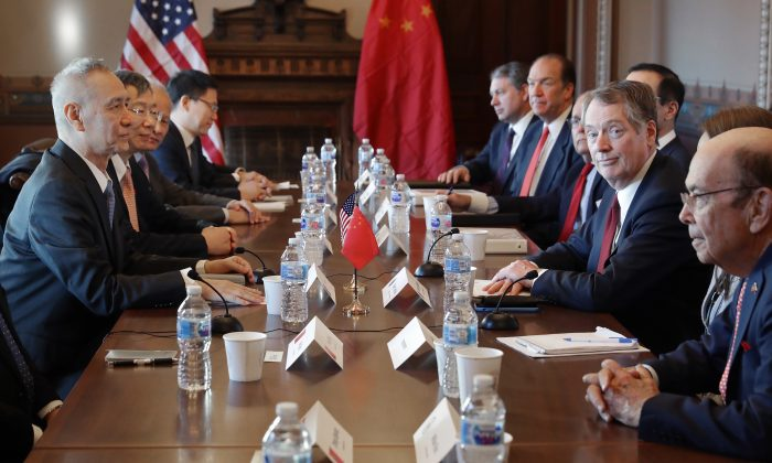 (R-L) Commerce Secretary Wilbur Ross, U.S. Trade Representative Robert Lighthizer and other Trump Administration officials sit down with Chinese Vice Premier Liu He (L), Central Bank Governor Yi Gang (2nd L) and other Chinese vice ministers and senior officials for negotiations in the Diplomatic Room at the Eisenhower Executive Office Building in Washington, D.C. on Jan. 30, 2019. (Chip Somodevilla/Getty Images)