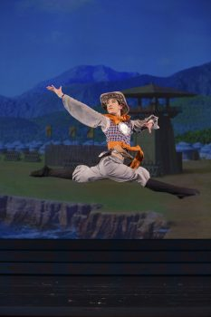 dancer Piotr Huang-in Shen Yun splits leap