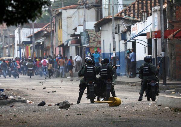 Venezuela-army-open-fire