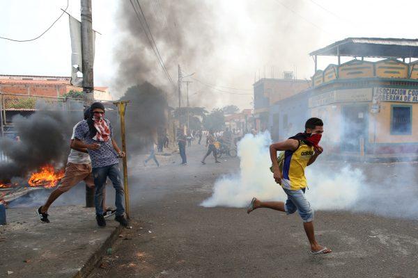 Venezuelan-people-tear-gas