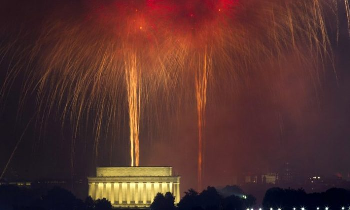 Fireworks explode over Lincoln Memorial at the National Mall in Washington, during the Fourth of July celebration on Jul. 4, 2017. (Jose Luis Magana/AP)