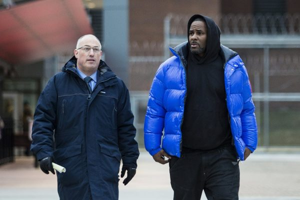 R. Kelly walks out of Cook County Jail with his defense attorney