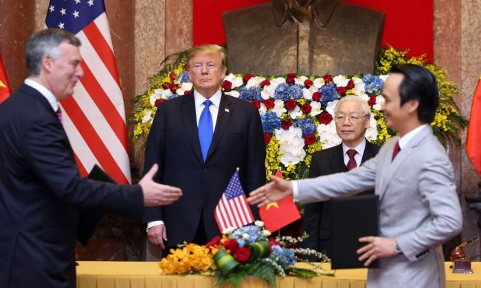 President Donald Trump (center L) and his Vietnamese counterpart Nguyen Phu Trong (center R) witness a signing ceremony between Chairman of Bamboo Airways Trinh Van Quyet (R) and President and CEO of Boeing Commercial Airplanes Kevin McAllister (L) at the Presidential Palace in Hanoi on Feb. 27, 2019. (LUONG THAI LINH/AFP/Getty Images)