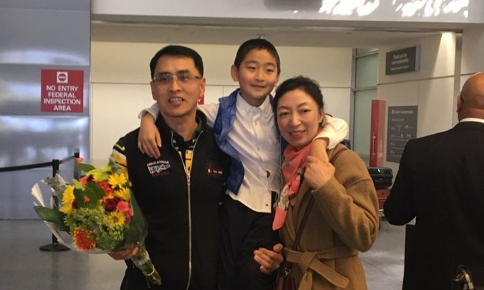 Yu Ming reunioned with his wife Ma Li, and son Zhengzheng at San Francisco airport on Jan. 27. (Dong Wei/Sound of Hope)