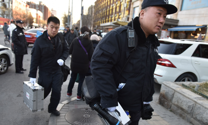Chinese police respond to an attack at a school. (GREG BAKER/AFP/Getty Images)