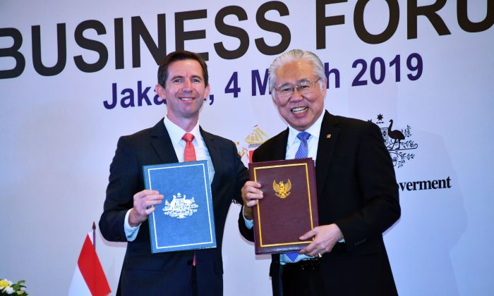 Indonesian Trade Minister Enggartiasto Lukita (R) and his Australian couterpart Simon Birmingham (L) hold documents after signing a trade deal in Jakarta on Mar. 4, 2019. (Adek Berry/AFP/Getty Images)