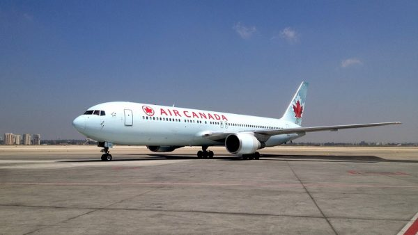 Air Canada Pilot orders Pizzas for all passengers