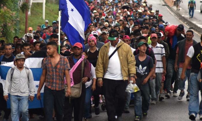 Honduran migrants take part in a caravan towards the United States in Chiquimula, Guatemala on Oct. 17, 2018. (ORLANDO ESTRADA / AFP)