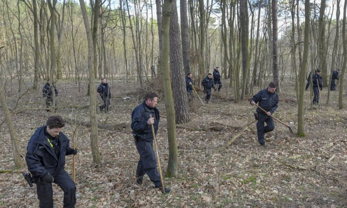 Berlin police search a forest in Kummersdorf, Germany, on March 8, 2019. (Patrick Pleul/DPA via AP)