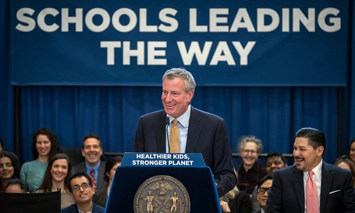 """Mayor Bill de Blasio announces the expansion of the """"Meatless Monday"""" program across all NYC public schools that will begin in the fall. (City of New York)"""