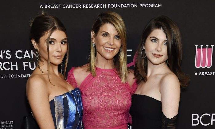 """Actress Lori Loughlin (C) poses with daughters Olivia Jade Giannulli (L) and Isabella Rose Giannulli at the 2019 """"An Unforgettable Evening"""" in Beverly Hills, Calif., on Feb. 28, 2019. (Chris Pizzello/Invision/AP)"""