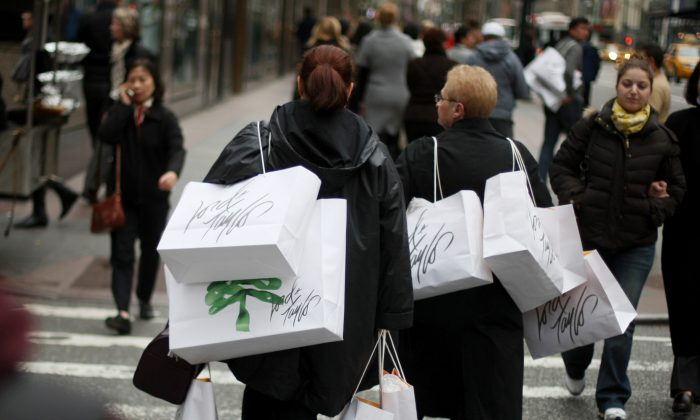 Shoppers carrying bags walk up Fifth Avenue in N.Y.C., on Nov. 27, 2009.  (David Goldman/Getty Images)