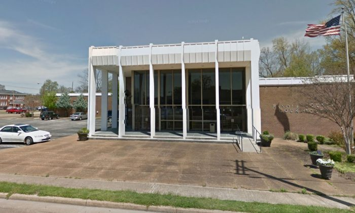 Panola County Courthouse in Batesville, Miss., on April 2014. (Google Maps Street View)