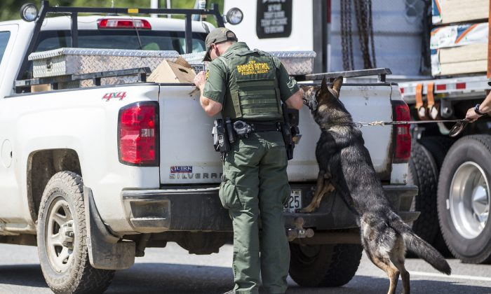 U.S. Border Patrol agents search a vehicle that was sent to secondary inspection at a highway checkpoint in West Enfield, Maine on Aug. 1, 2018 . (Scott Eisen/Getty Images)