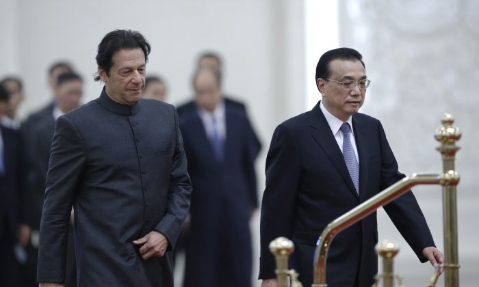 Pakistani Prime Minister Imran Khan and China's Premier Li Keqiang attend a welcome ceremony at the Great Hall of the People in Beijing on Nov. 3, 2018. (Jason Lee/AFP/Getty Images)