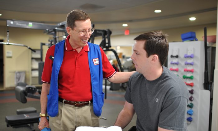 Stephen Peth (L) working with an amputee at the Military Advanced Training Center. (Courtesy of the American Red Cross)