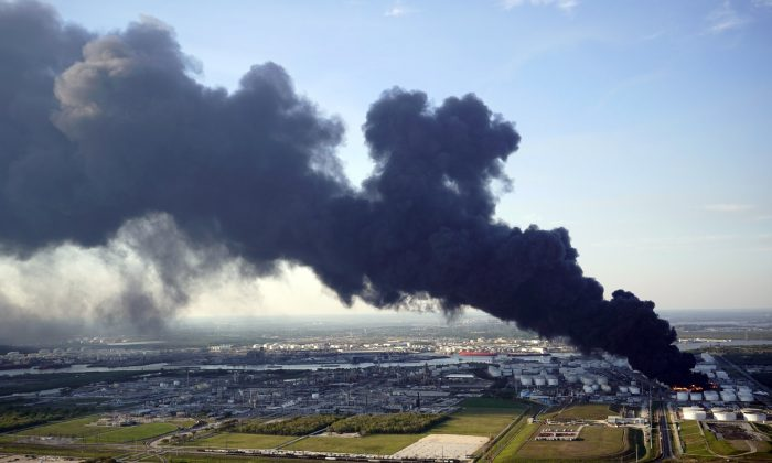 A plume of smoke rises from a petrochemical fire at the Intercontinental Terminals Company on March 18, 2019, in Deer Park, Texas. (David J. Phillip/AP Photo)