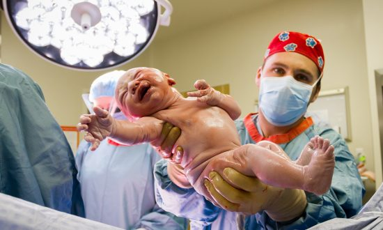 'Baby Strong': Newborn Grabs Doctor's Scrubs Right After Birth and Just Won't Let Go