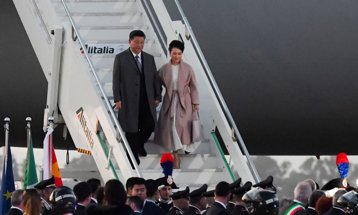 Chinese leader Xi Jinping (L) and his wife Peng Liyuan get down their plane after landing at Rome's Fiumicino airport on March 21, 2019. (Tiziana FABI / AFP/Getty Images)