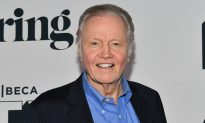 Woman Starstruck When She Sees the Man Paying for the 6 Turkeys in Her Cart Is Jon Voight