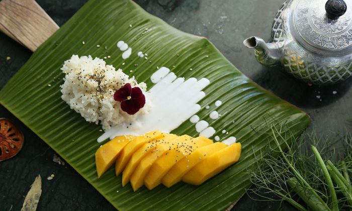 Image of food served on banana leaf in Thailand. (Huahom/Pixabay)