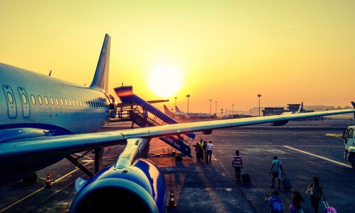 Passengers are boarding a plane. (Anugrah Lohiya/pexels.com)